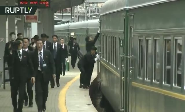 Kim'in korumaları bu sefer treni silmeye girişti