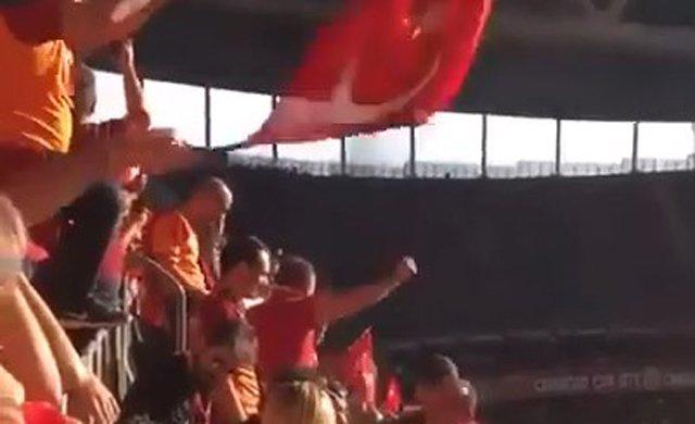 Galatasaray tribünlerinde 'Her şey çok güzel olacak' tezahüratları