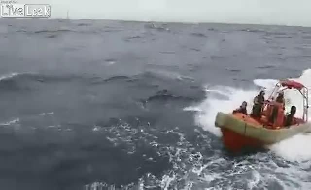 Kurtarma botu fırtınadan devrildi