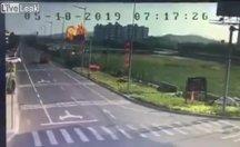 Çin'de savaş uçağı düştü.. O anlar güvenlik kamerasında