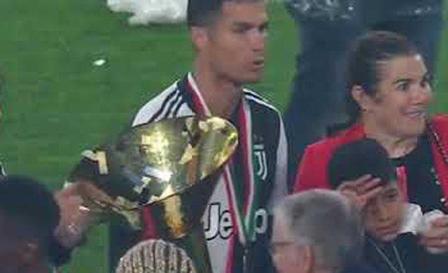 Ronaldo şampiyonluk kupasını oğlunun gözüne çarptı
