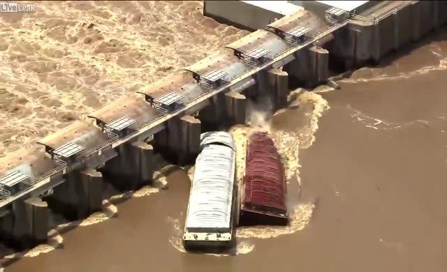 Nehirde sürüklenen tekneler battı