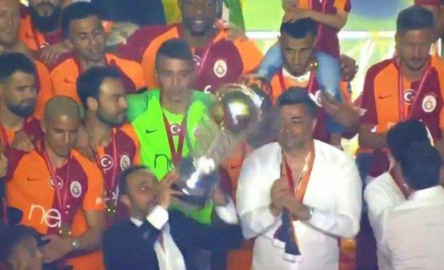 Hasan Şaş şampiyonluk kupasını düşürüyordu, Muslera'nın tepkisi geceye damga vurdu