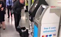 ATM bir anda para saçmaya başladı