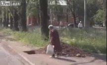 Yaşlı kadın yoldaki çukura düştü