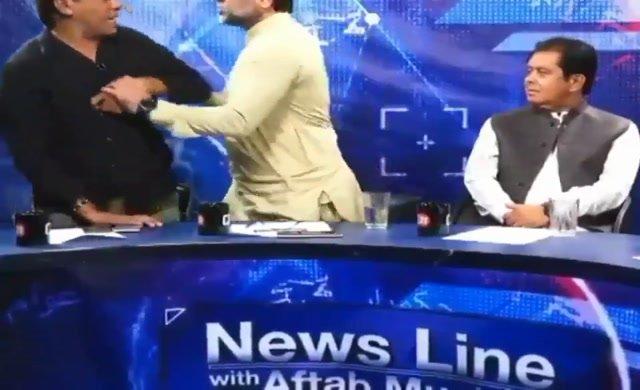 Siyasetçi canlı yayında gazeteciye saldırdı
