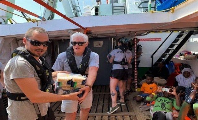 Richard Gere göçmen gemisinde: Yardım edin!