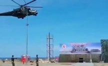 Helikopter alçak uçuş yaptı... Askeri geçit törenini yerle bir etti!