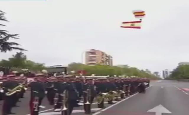 İspanya Milli Günü'nde paraşütçü direğe çarptı
