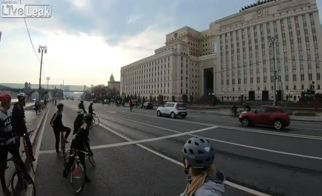 Savunma Bakanlığı önünde ilginç kaza