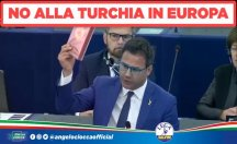 AP'de İtalyan vekil Türk çikolatasını yere atarak tepki gösterdi
