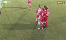 Başörtüsü açılan kadın futbolcuya rakipleri yardım etti