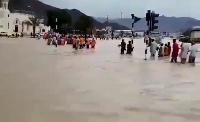 Dubai'de sokakları su bastı
