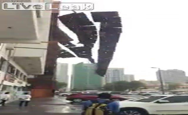Fırtına inşaat iskelesini söktü!