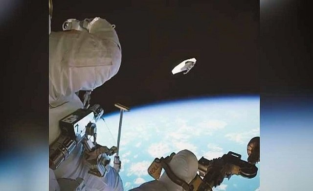 Astranot uzaya çöp atarken...