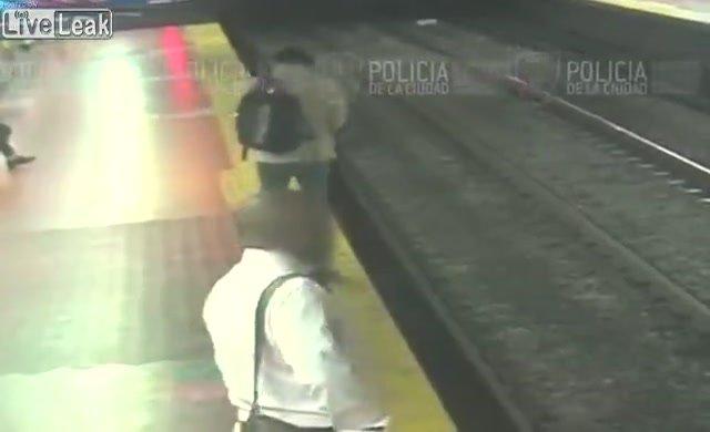 Telefon ile oynarken tren raylarına düştü