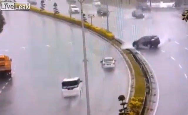Yağmurda araç kullanmak zordur