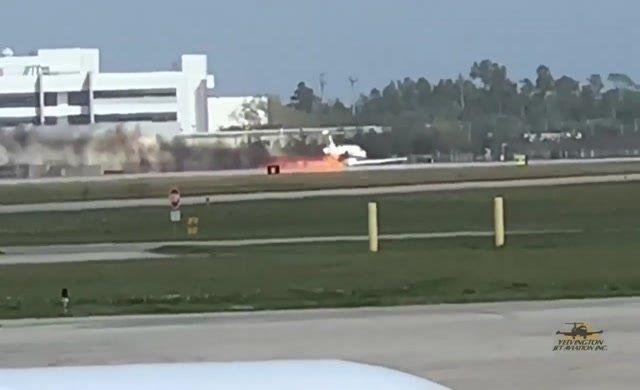 İniş takımları açılmayan uçak gövdesi üzerine indi