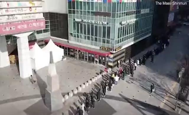 Güney Kore'de yüzlerce metre maske kuyruğu