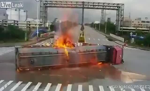 Devrilen tanker patladı....