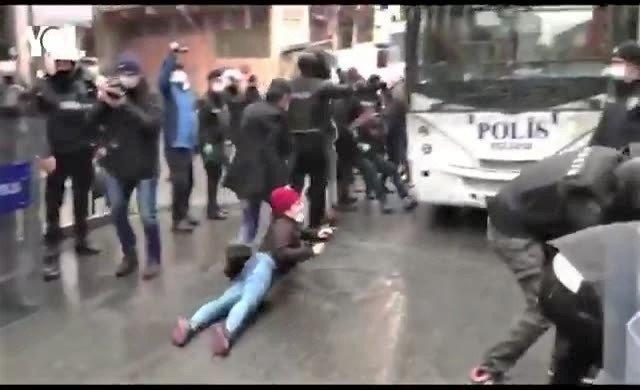 Polis, Helin'in cenazesine gelenleri yerlerde sürükledi!