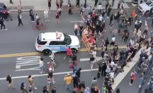 New York polisi protestocuların üzerine araç sürdü!