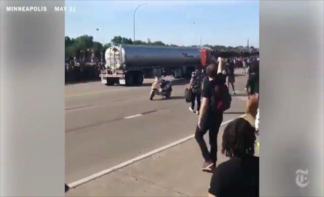 Görüntüler korkunç: Tanker kalabalığın üzerine sürdü