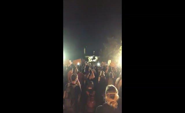 Protestocular Beyaz Saray'ın kapısında