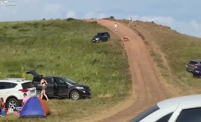 Araba altından kaydı gitti!