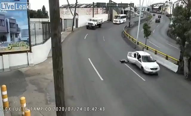 Kapısı açılan araçtan düştü