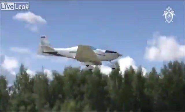 Akrobasi uçağı yere çakıldı