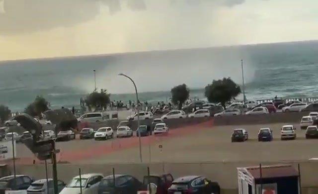 Aniden çıkan hortum turistleri şaşırttı