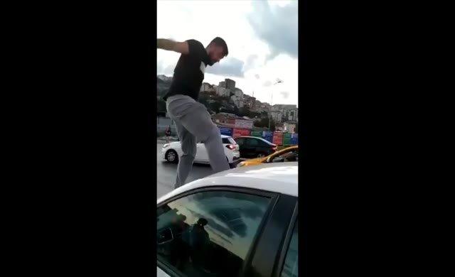 Magandanın trafikte kadına saldırı anı