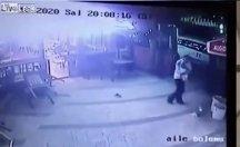 Köpeğini gezdiren adama kedi saldırdı!