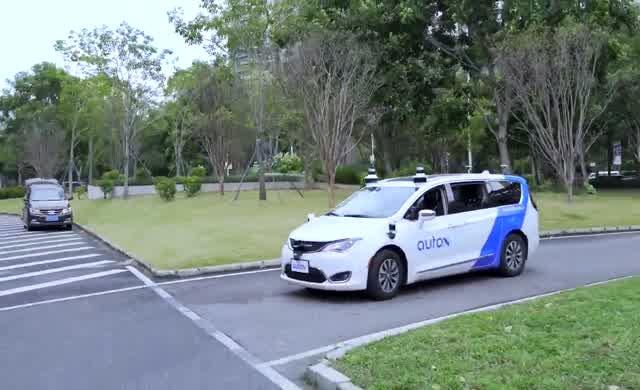Sürücüsüz taksiler Çin'de yollara çıktı