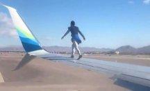 Kalkışa hazırlanan uçağın kanadına çıktı