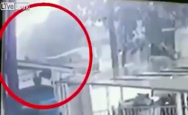 12'nci kattan düşen küçük kızı kuryenin kurtarma anı