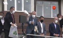 Afet bölgesinde vatandaşa yine çay fırlattı