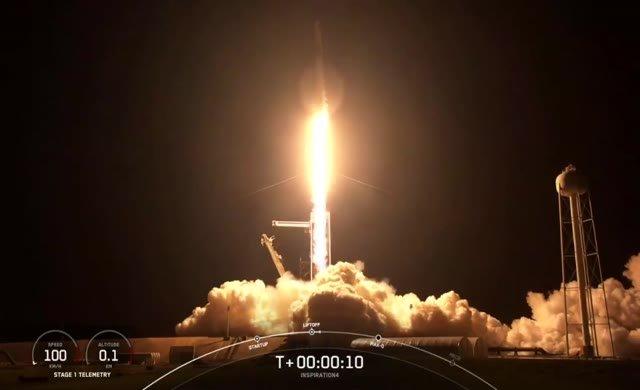 Astronotsuz ilk sivil uzay yolculuğu başladı