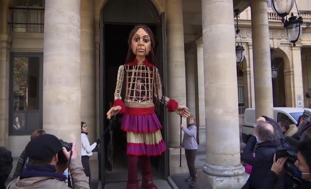 Suriyeli mülteci çocuğu temsil eden dev kukla Emel, bu sefer Paris'te
