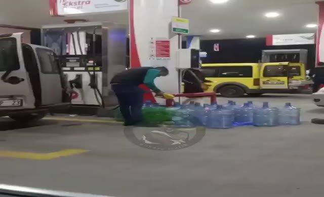 Millet damacana ile benzin kuyruğuna girdi